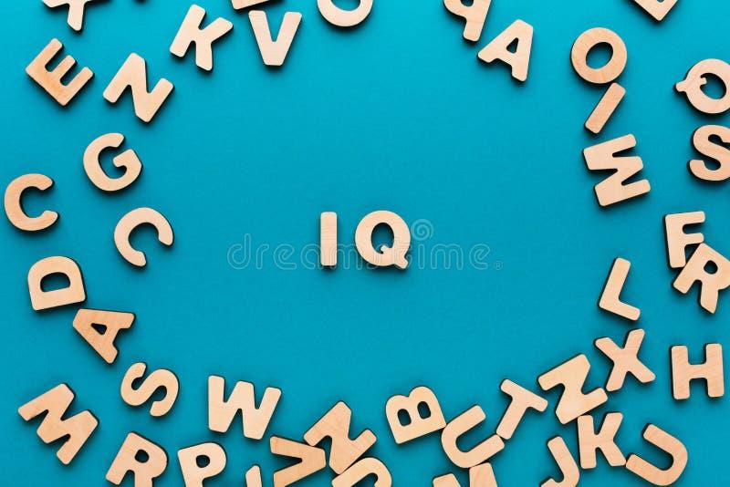 Q.I. da palavra no quadro de madeira das letras imagens de stock