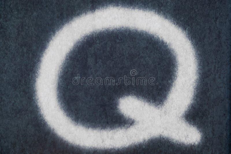 Q isolerad kritabokstav i svart tavlabakgrund royaltyfri foto