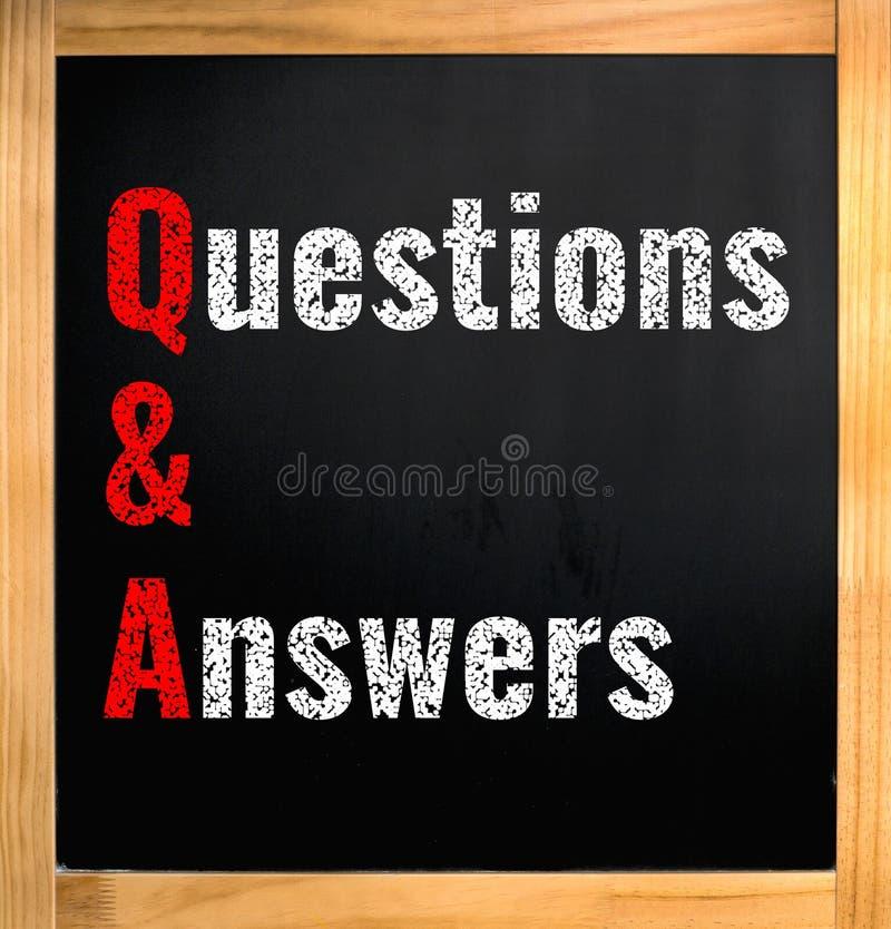 Q&A - vragen en antwoorden, krijttekst op zwarte raad stock afbeeldingen