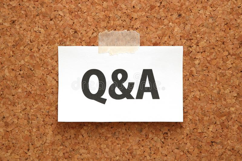 Q&A of Vragen en Antwoorden op een stuk van Witboek op een bruine cork raad Q&A of Vragen en Antwoordenconcept stock foto