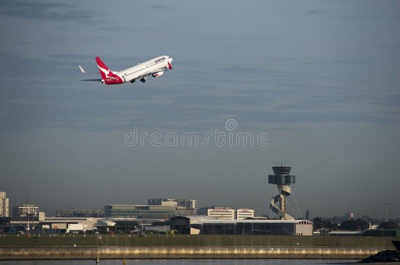 QANTAS Airbus sobre la torre de control, aeropuerto de Sydney imagenes de archivo