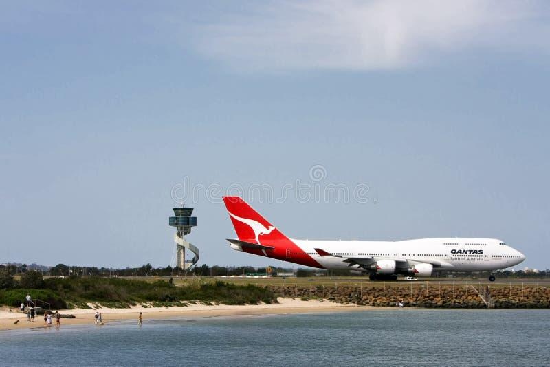 Qantas Boeing 747 con la torre del aeropuerto foto de archivo libre de regalías