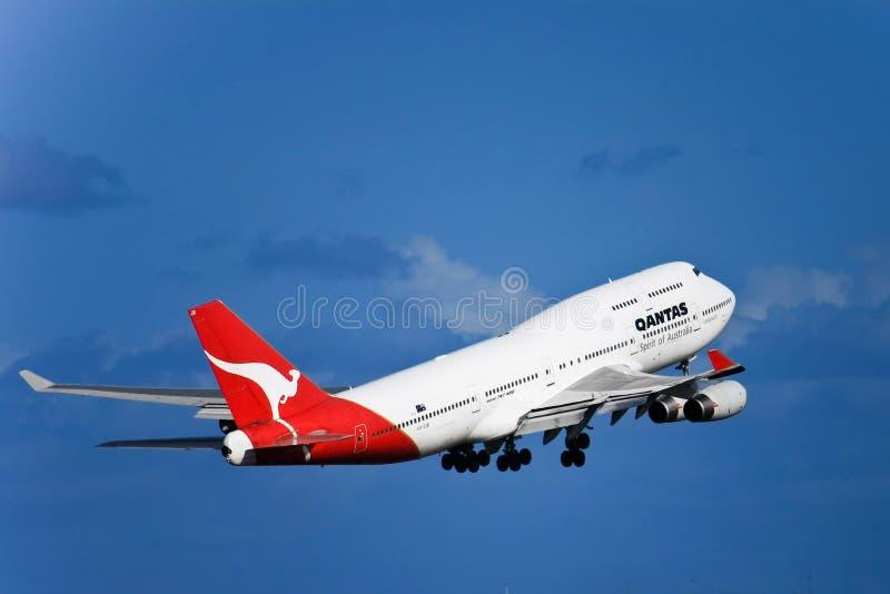 Qantas Boeing 747 straal tijdens de vlucht met landingsgestel. royalty-vrije stock afbeelding