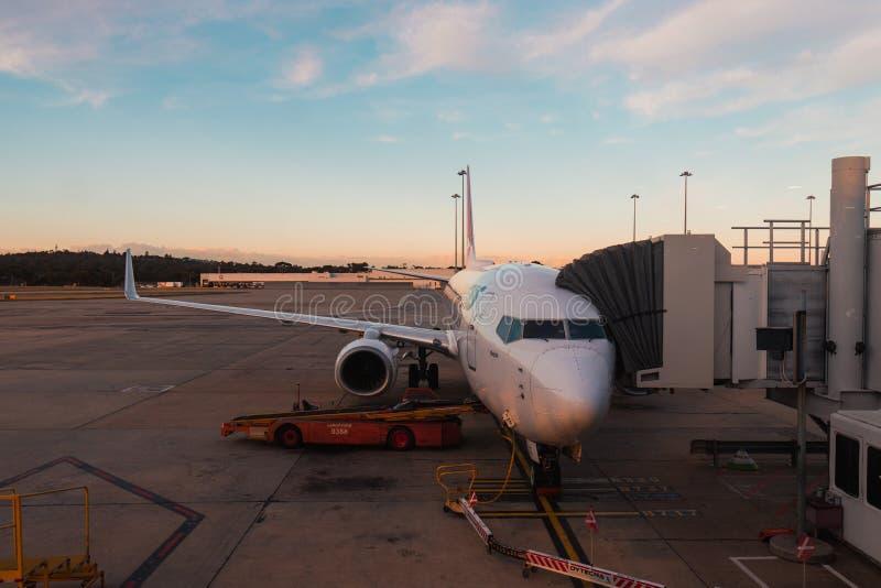 Qantas-vliegtuig op straalbrug royalty-vrije stock fotografie