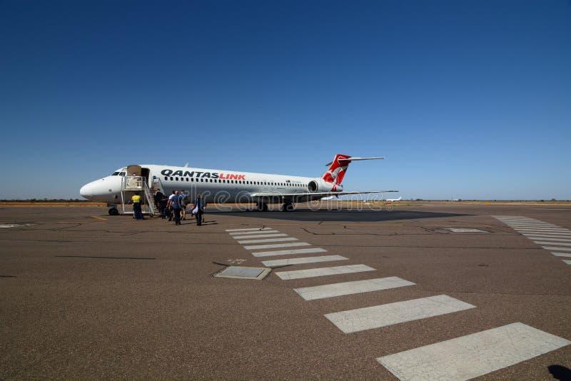 QantasLink-Flugzeug am Flughafen Alice Springs Rote Mitte K?nige Creek Station australien lizenzfreie stockbilder