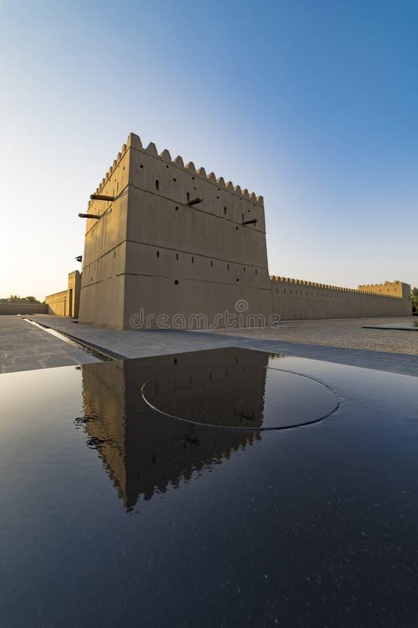 Qasr Al Muwaiji, vista da torre defensiva restaurada e da fonte moderna fotos de stock