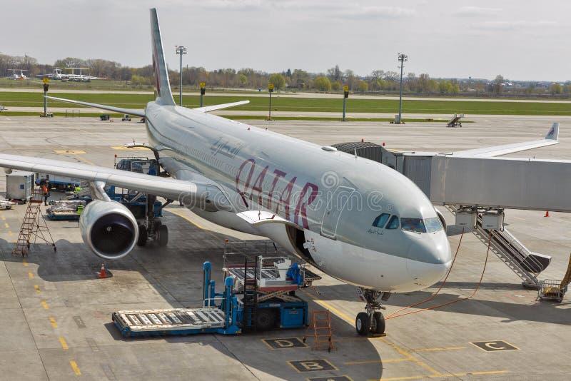Qatar Airways Airbus A330 dans l'aéroport de Boryspil, Ukraine photo stock