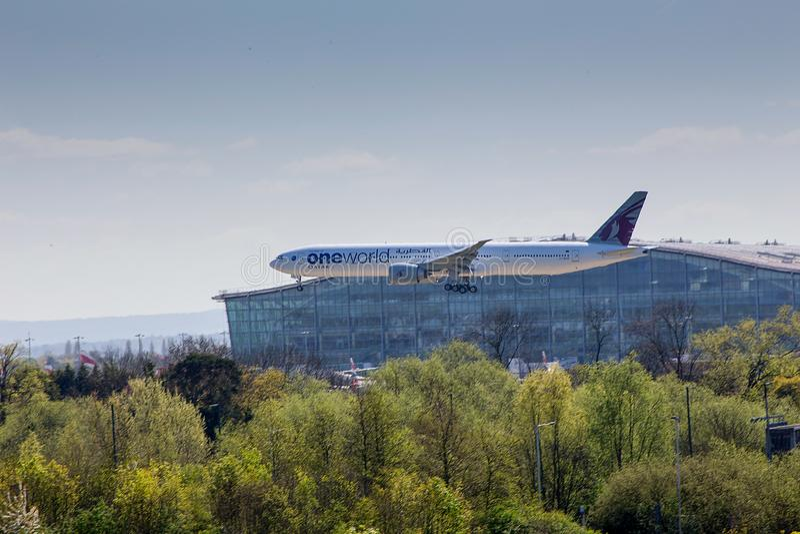 Qatar Airways Boeing 777 en acercamiento al aeropuerto de Heathrow fotografía de archivo