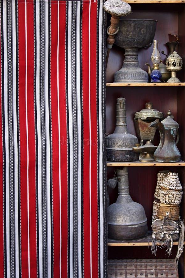 Qatar: Antiquiteit die in een souq wordt verkocht stock foto's