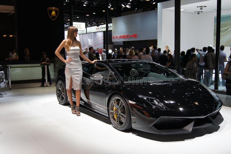Qatar Motorshow 2011 - soporte de Lamborghini de la mujer imagenes de archivo