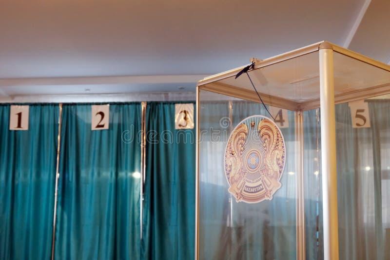 Qazaqstan, o 9 de junho de 2019, eleição do presidente de Cazaquistão Sala de votação Caixa transparente com uma brasão no fotos de stock royalty free