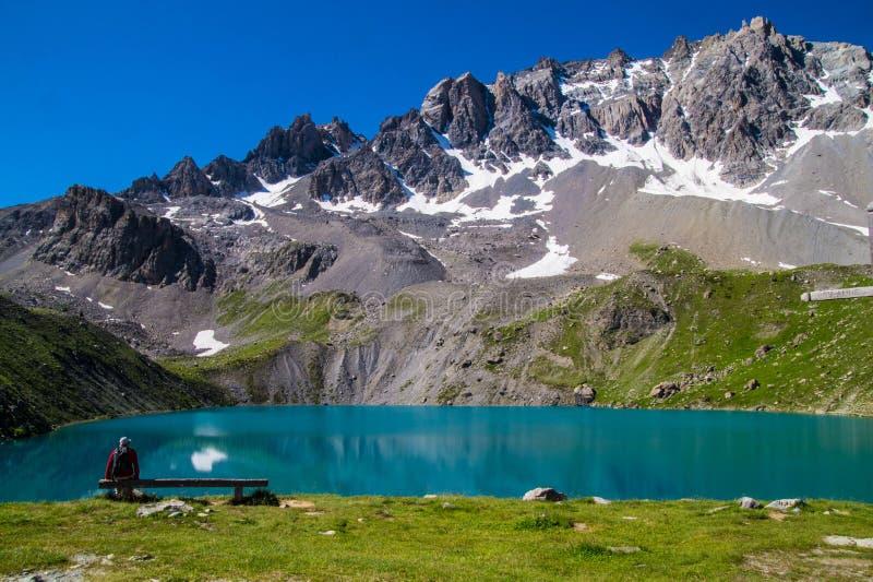 Qeyras di anne del sainte del lago in Hautes-Alpes in Francia immagini stock