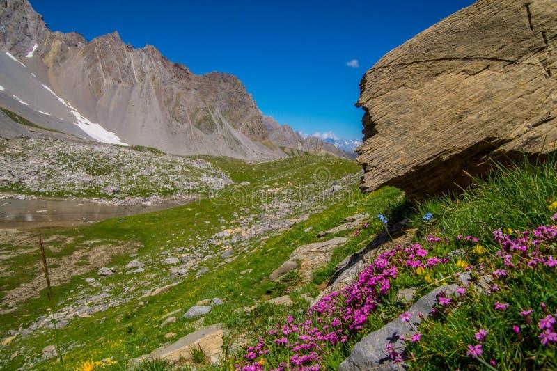 Qeyras di anne del sainte del lago in Hautes-Alpes in Francia fotografia stock