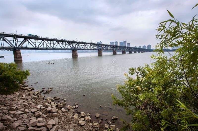 Qiantang-bron korsar Qiantang-floden i Hangzhou, Kina royaltyfri bild