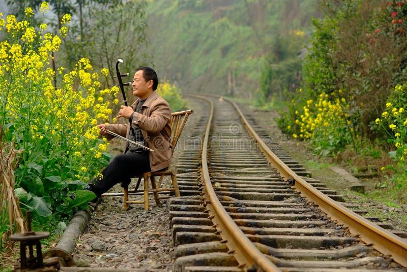 Qianwei Kina-En man som spelar den kinesiska lurendrejerit royaltyfria bilder