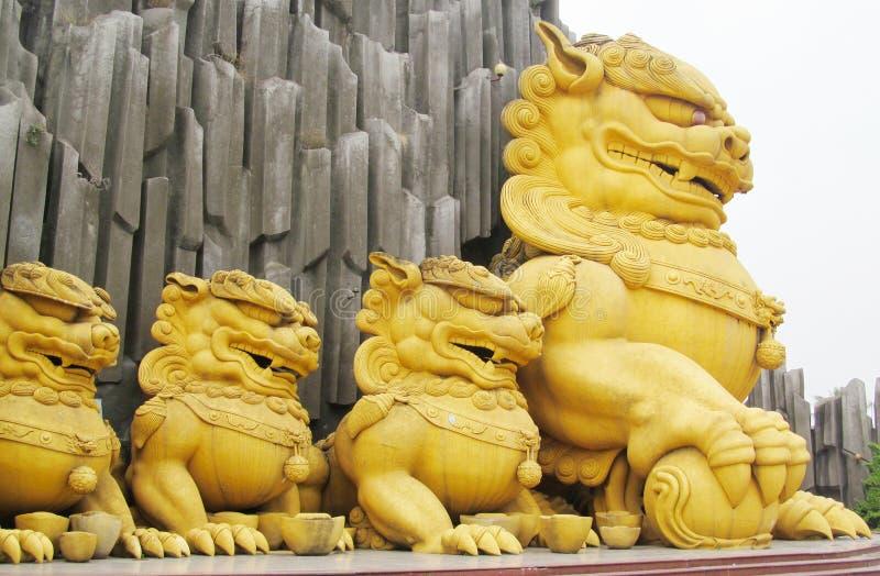 Qilin Aziatisch mythologisch gouden standbeeld stock afbeeldingen