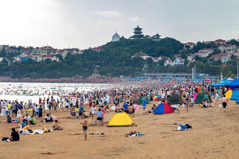 06-08-2016 - Qingdao, China - a praia famosa N1 aglomerou-se no verão fotografia de stock