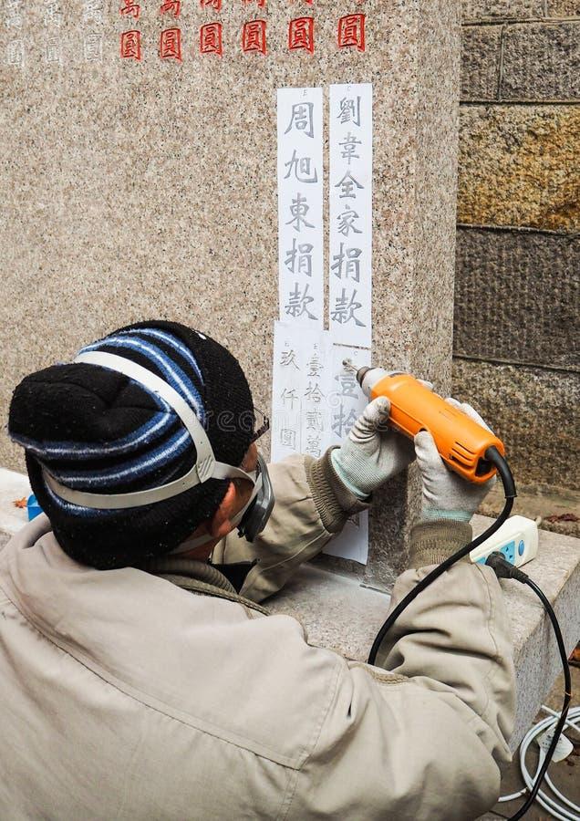 Qingdao Chiny, Grudzień, - 2017: Starego mężczyzna cyzelowania dona i imiona zdjęcie royalty free
