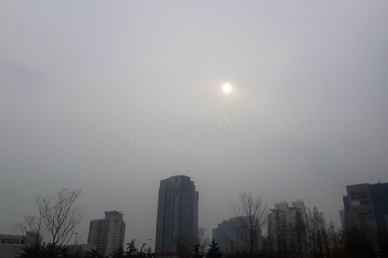 08-12-2016 - Qingdao - o sol fraco nublado pelo político do inverno imagens de stock royalty free