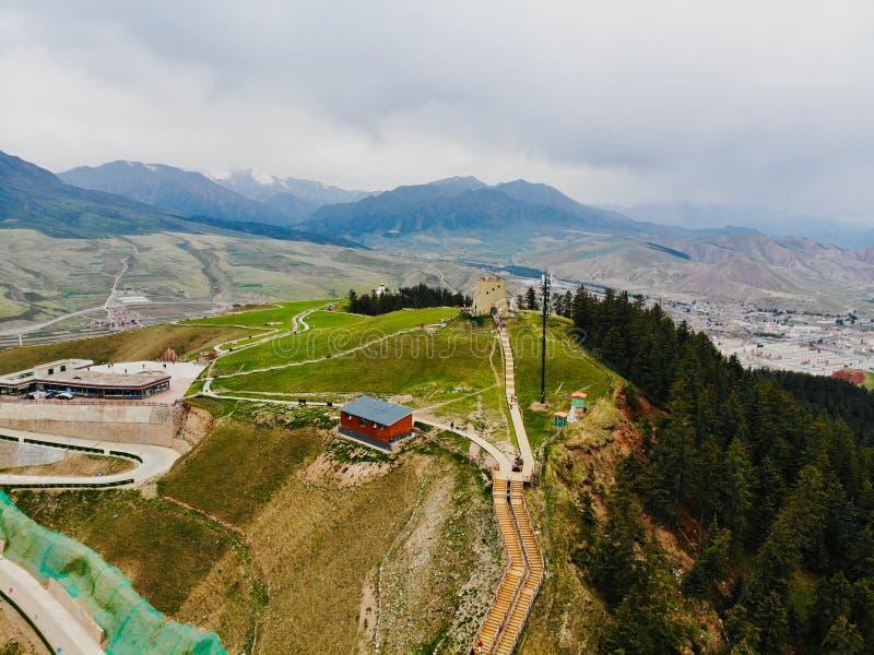Qinghai Kina, 14th, Juni, 2018 Midairsikten av Qilian berg Vilket lokaliseras i det Qilian l?net, Qionghai, Kina royaltyfria bilder