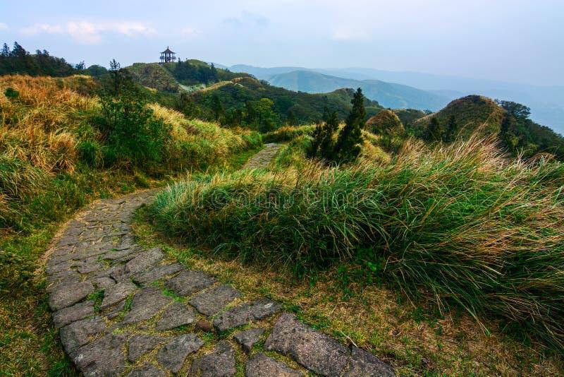 Qixingssleep en een verre gazebo op Yangming-Berg in Taiwan stock afbeelding