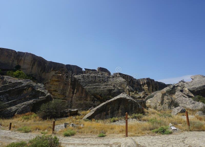 Qobustan Petroglyphes ścieżki i skały zdjęcie stock