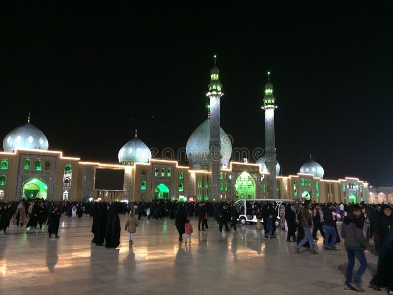 QOM, IR?N - 2018: Una muchedumbre grande de paseo de la gente en la yarda de la mezquita de Jamkaran en la noche Qom, Ir?n fotos de archivo
