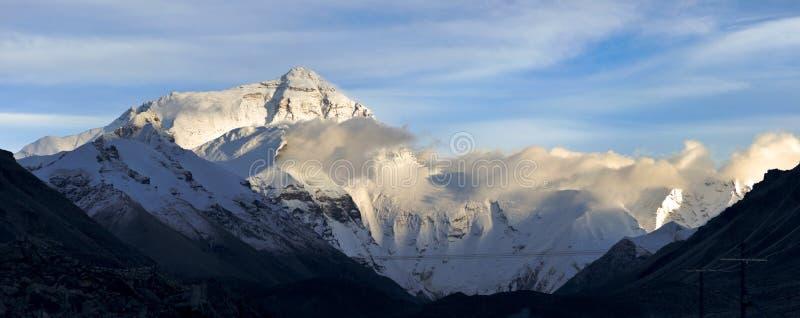 Qomolangma (el monte Everest) del monasterio de Rongbuk imagen de archivo