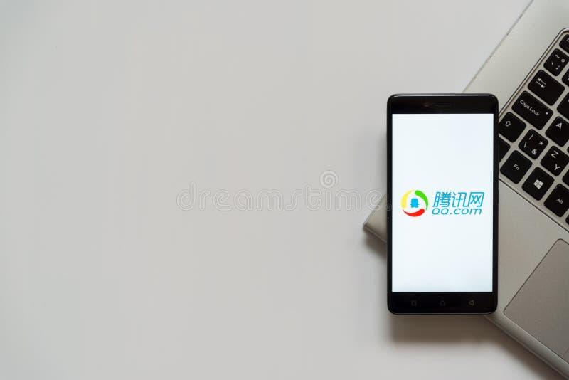 qq COM-Logo auf Smartphoneschirm stockfoto