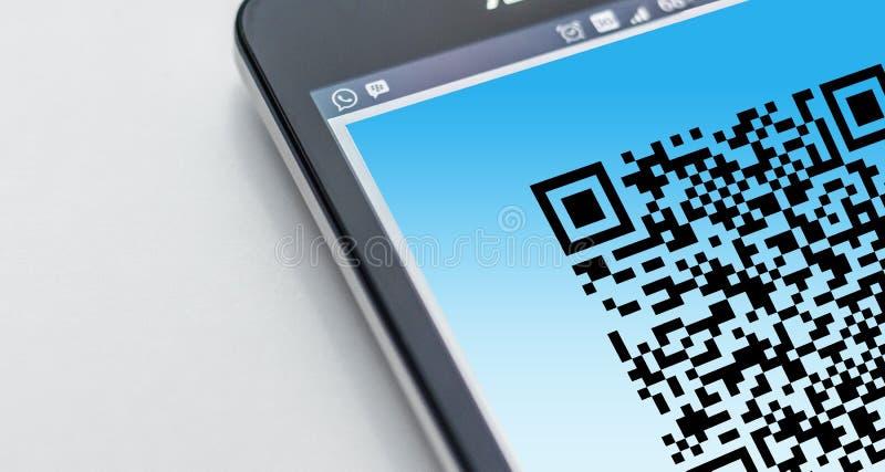 Мобильный телефон с кодом QR
