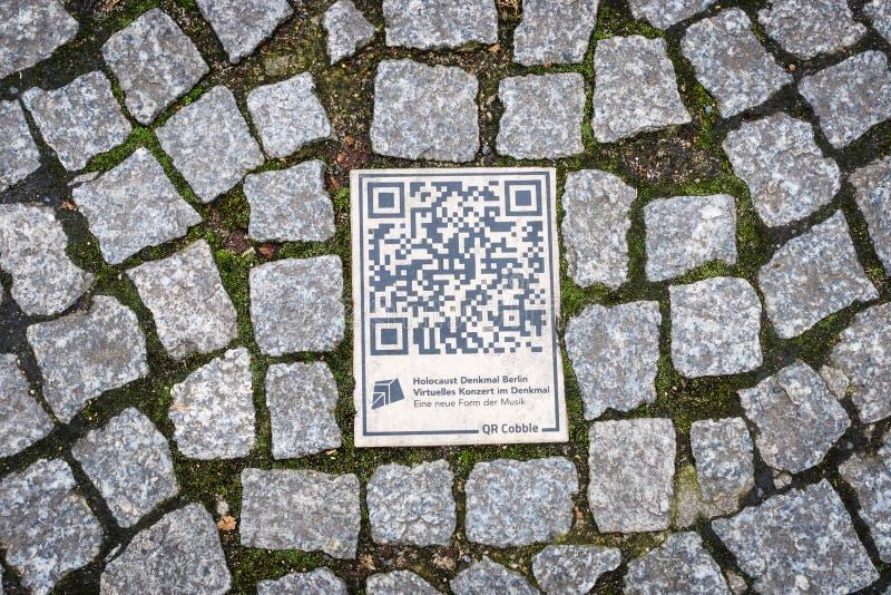 QR-código no pavimento fotos de stock royalty free