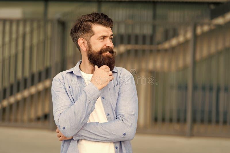 Qué está en su mente Pensamiento de hipster pensivo pensamientos agradables Antecedentes urbanos hipster barbudo Paseo regular foto de archivo libre de regalías