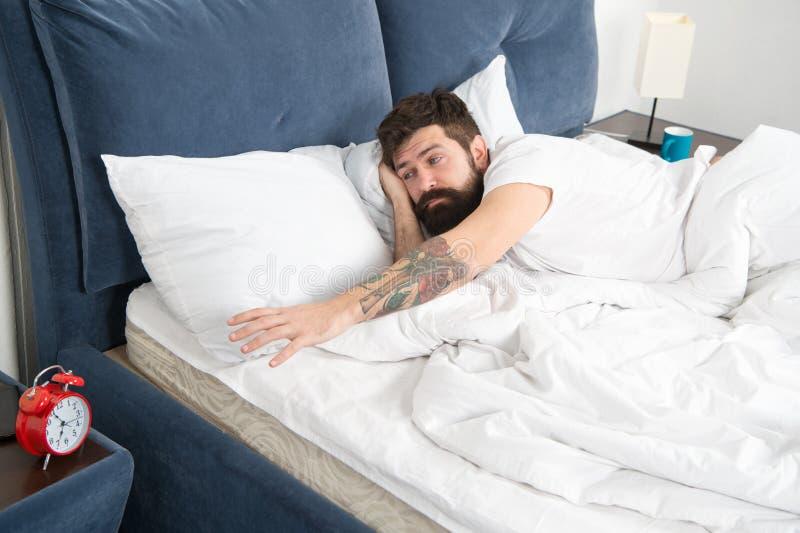 Qué ruido terrible Madrugada del problema que despierta Levántese con el despertador Dormido más de la cuenta otra vez Extremidad fotos de archivo libres de regalías