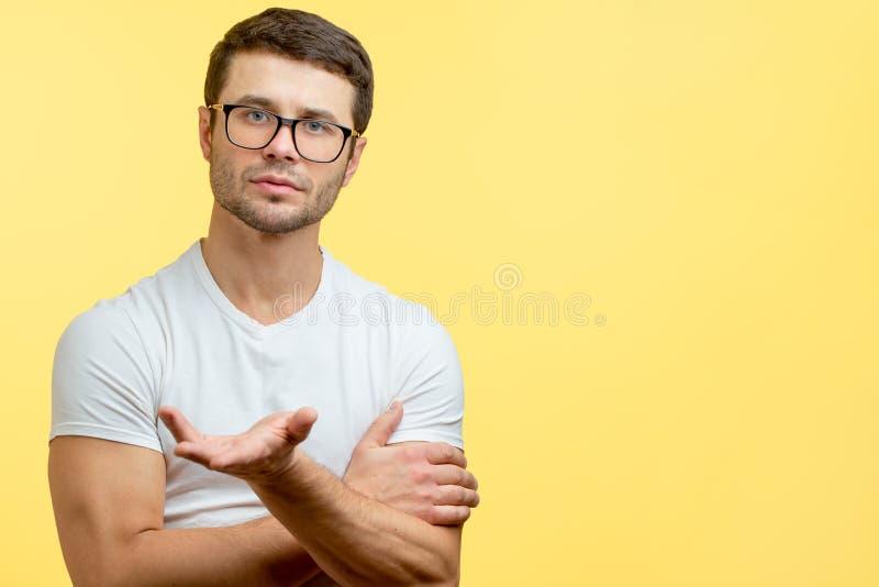 Qué usted quieren a un hombre hermoso joven que hace una pregunta imagen de archivo libre de regalías