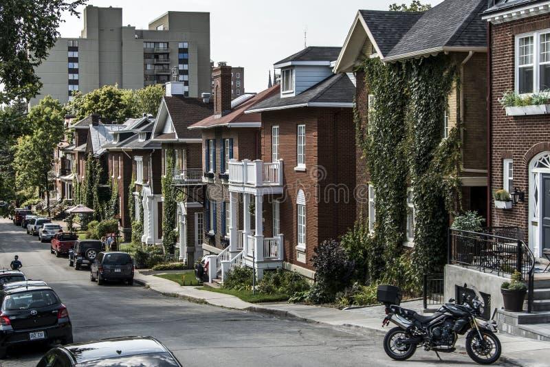 QUÉBEC-STADT, KANADA 13 09 2017 Autos parkten vor europäischen Architekturreihenhäusern in altem Leitartikel Quebecs Kanada lizenzfreies stockfoto