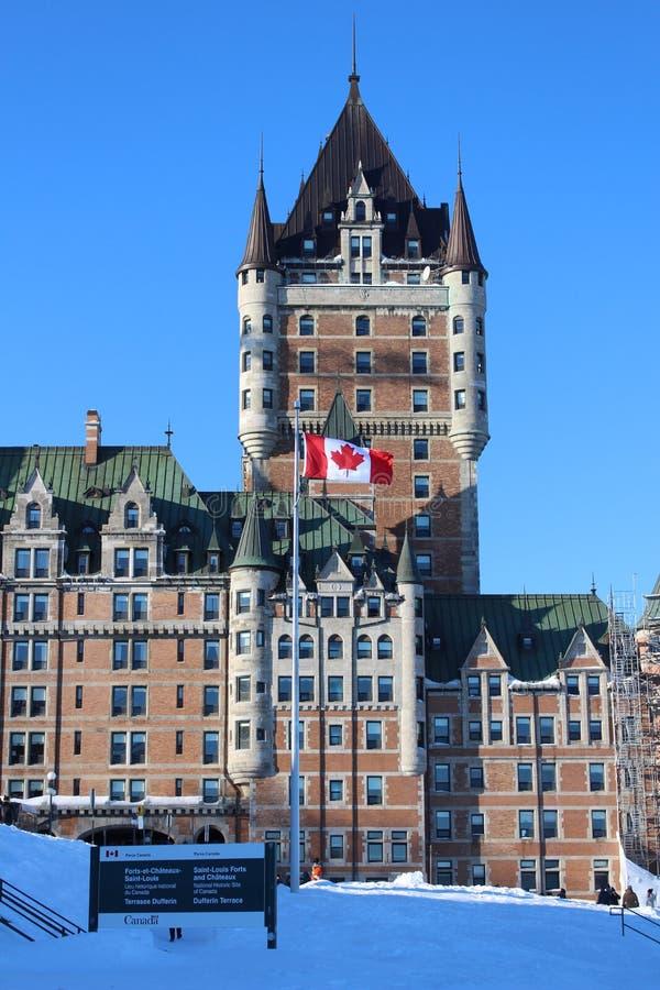 Québec-Stadt Schloss mit kanadischer Flagge stockfotos