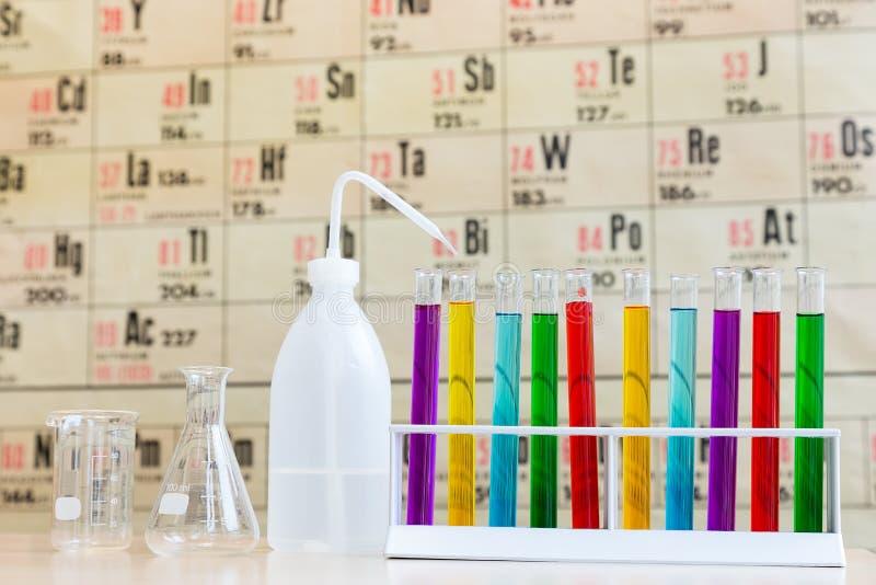 Química con los tubos de ensayo y el vidrio coloreados fotos de archivo