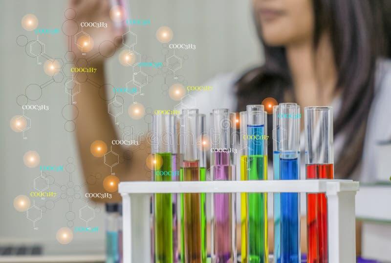Químico de la mujer joven, laboratorio del trabajo, equipo de la prueba del control a disposición con las muestras de la prueba,  fotografía de archivo libre de regalías