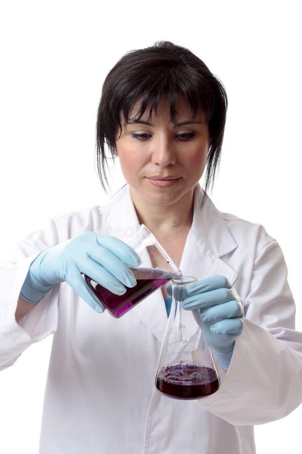 Químico de sexo femenino en el trabajo fotos de archivo libres de regalías