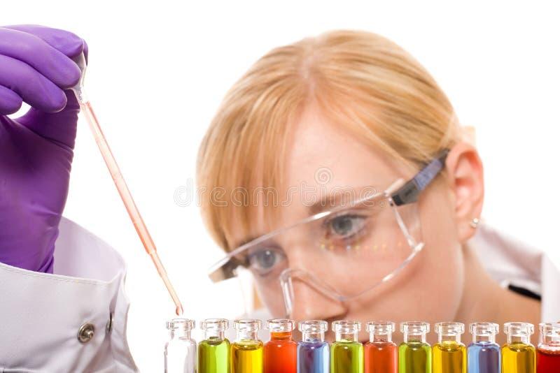 Químico fêmea novo que faz alguma pesquisa fotos de stock royalty free