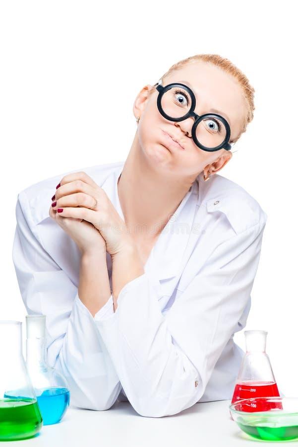 químico loco con una expresión divertida en su cara imagen de archivo