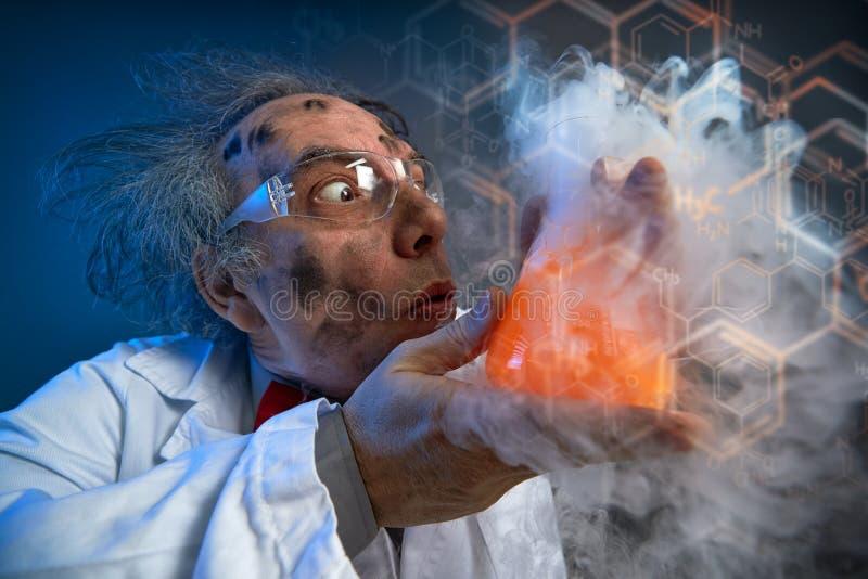 Químico louco com tubo de ensaio fotografia de stock