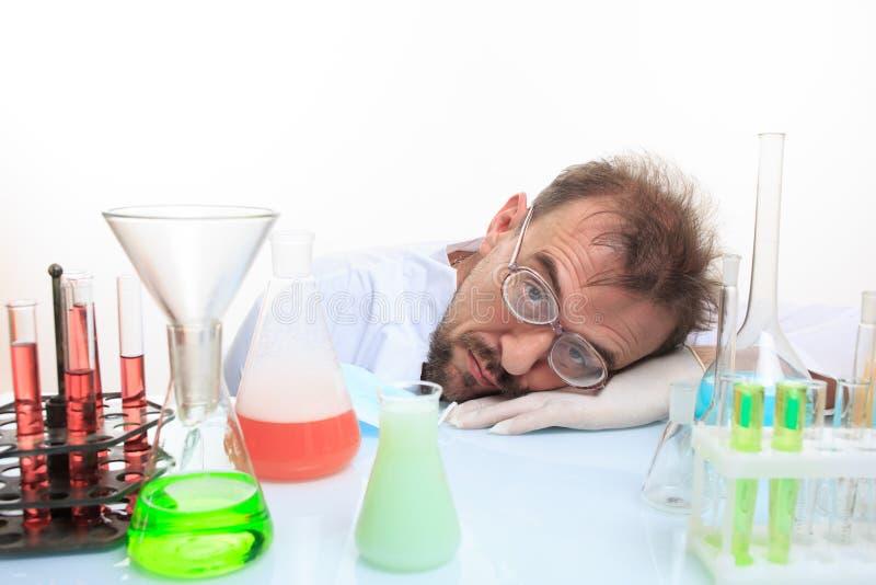 Químico louco no laboratório que faz a reação imagem de stock