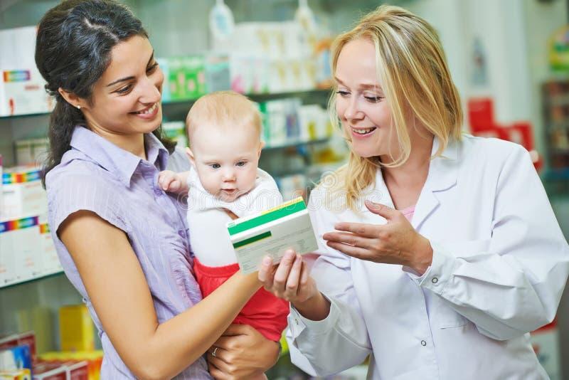 Químico, matriz e criança da farmácia na drograria imagem de stock royalty free