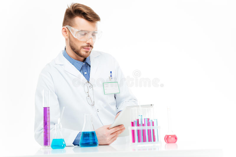 Químico que usa o tablet pc fotos de stock