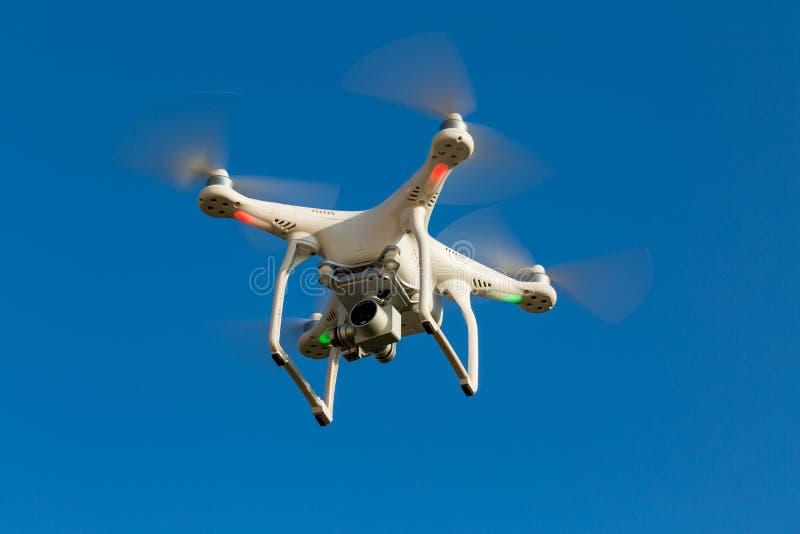 Quadcopter寄生虫飞行到蓝天里 库存照片