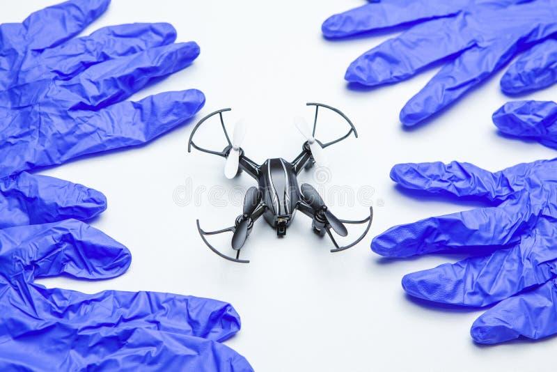 Quadcopter手套白色背景没人 库存图片