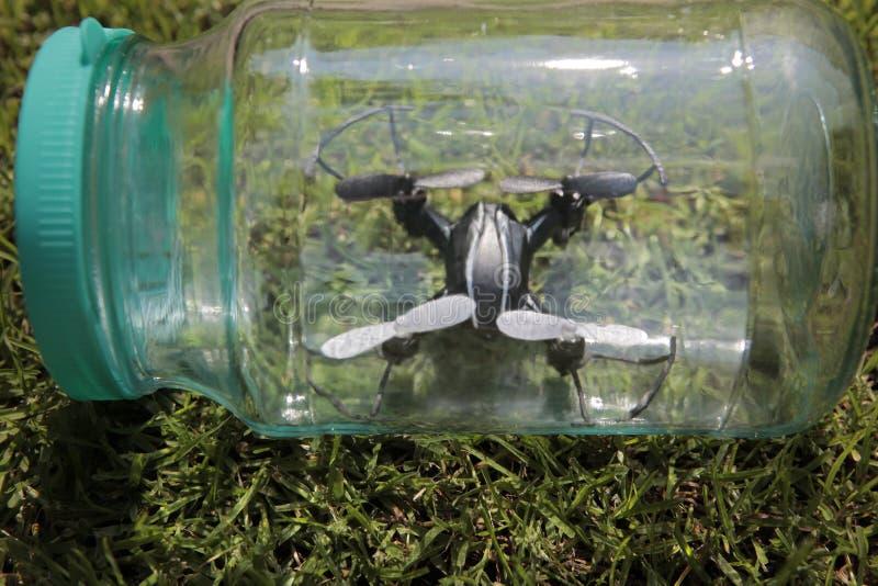 Quadcopter玻璃瓶子草背景没人 库存照片