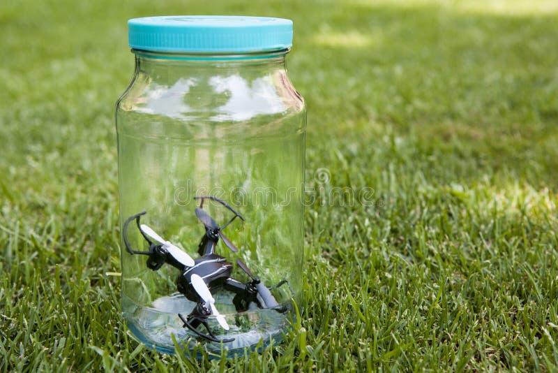 Quadcopter玻璃瓶子草背景没人 免版税图库摄影