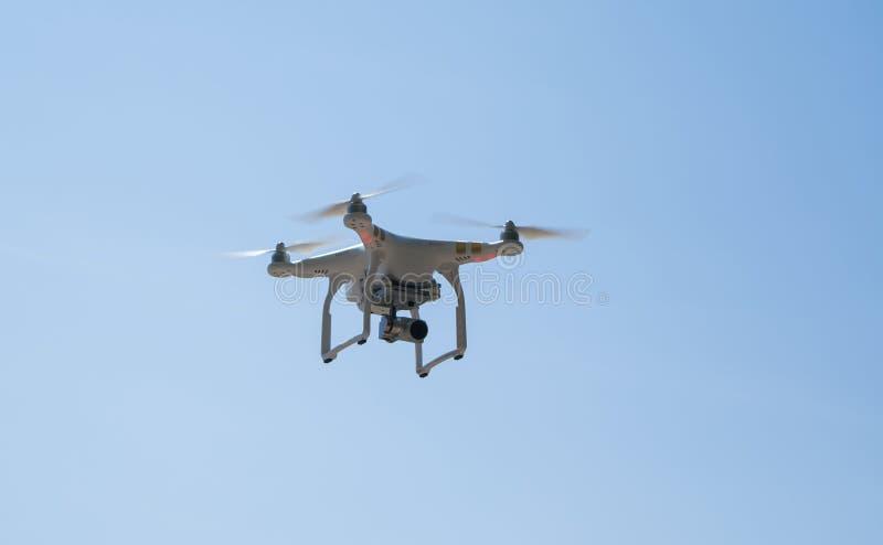 Download Quadcopter в небе стоковое фото. изображение насчитывающей природа - 81804170
